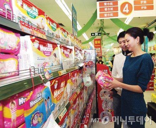 중국 상하이의 한 대형마트에서 중국 소비자가 하기스 기저귀 제품을 살펴보고 있다/사진제공=유한킴벌리