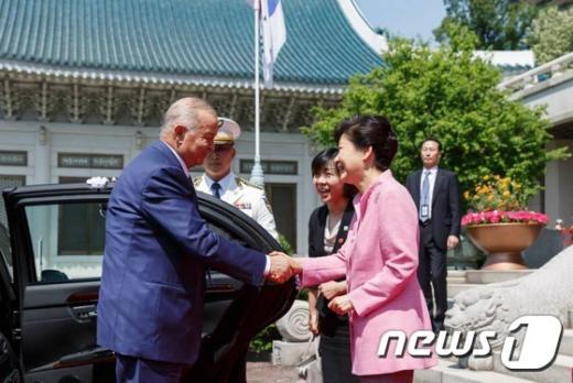 [사진]카리모프 대통령과 인사 나누는 박 대통령