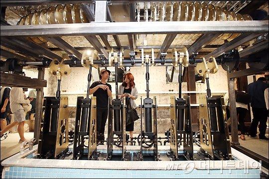 'TIME TRANSFORMATION' 에너지의 변환을 통해 움직이는 설치 작품으로 목욕탕의 동력원인 물을 데울 때 에너지가 생성되는 과정에서 영감을 얻은 작품.
