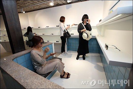 기존 목욕탕의 탕을 그대로 이용한 쇼룸