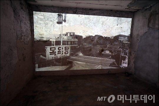 쇼룸 내부에 위치한 목욕탕의 옛 사진들