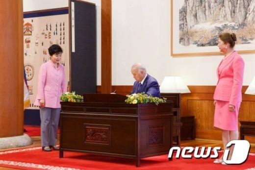 [사진]방명록에 서명하는 우즈베키스탄 대통령
