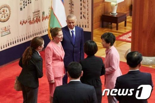 [사진]대화 나누는 박 대통령과 우즈베키스탄 대통령 내외