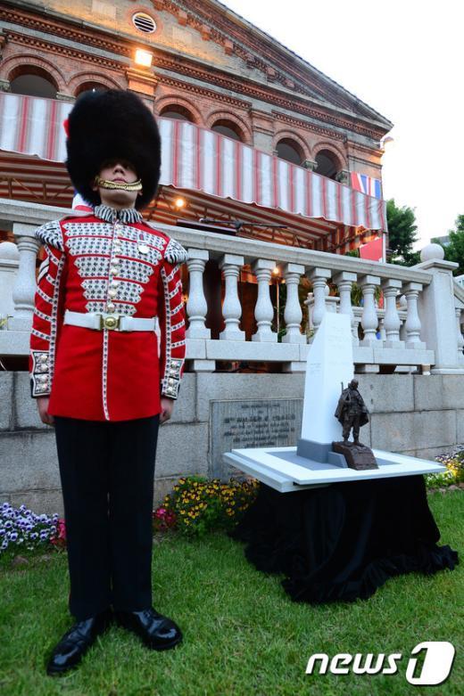[사진]근위병과 한국전 참전 기념비 모형