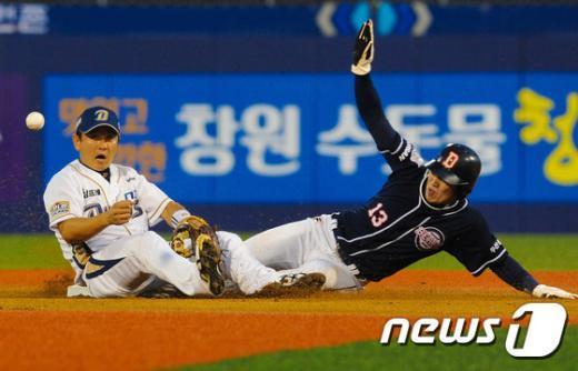 [사진]NC 박민우 '공이 바로 앞에 있는데'