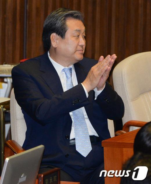 [사진]김무성 대표 '공무원연금법 통과에 박수를'