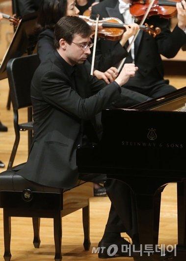28일 서울 예술의전당 콘서트홀에서 열린 '2015 머니투데이 봄 음악회'에서 피아니스트 알렉산더 코브린이 연주하고 있다. /사진= 이기범 기자