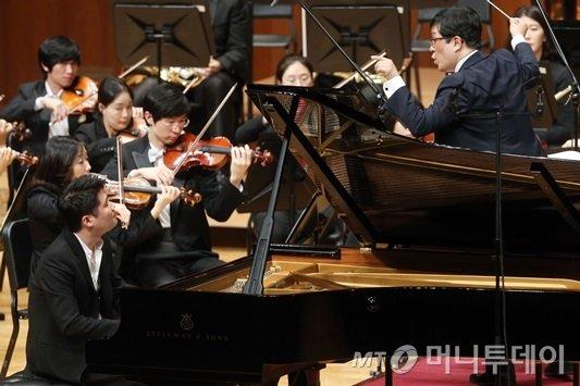 28일 서울 예술의전당 콘서트홀에서 열린 '2015 머니투데이 봄 음악회'에서 연주하는 피아니스트 임동민과 성기선 지휘자. /사진= 이기범 기자