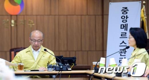 [사진]회의 준비하는 문형표 장관과 장옥주 차관