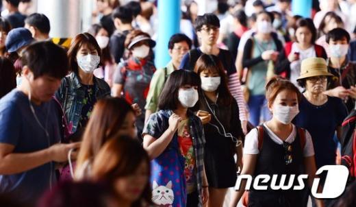중동호흡기증후군(메르스)이 확산되면서 불안감이 커진 가운데 8일 오전 서울 영등포구 신도림역에서 마스크를 쓴 시민들이 출근길에 오르고 있다. 2015.6.8/뉴스1 © News1 박지혜 기자