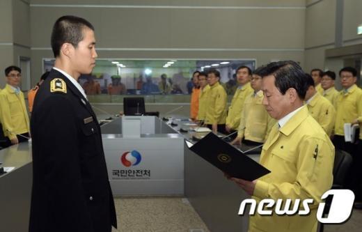 [사진]박인용 장관, 소중한 생명 구한 구급대원 표창