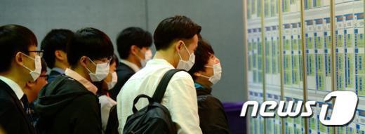 [사진]마스크 쓰고 채용박람회 찾은 학생들