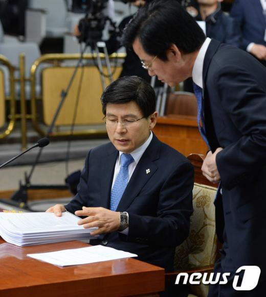 [사진]황교안 총리후보자 '자료 문제없나?'
