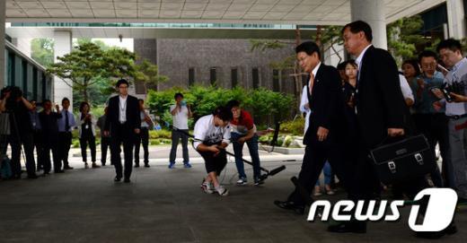 [사진]검찰 조사실로 향하는 홍문종 의원