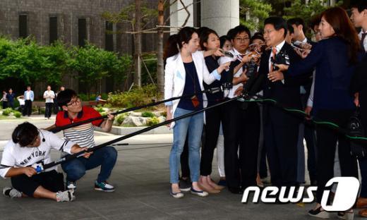 [사진]취재진에 둘러싸인 홍문종 새누리당 의원