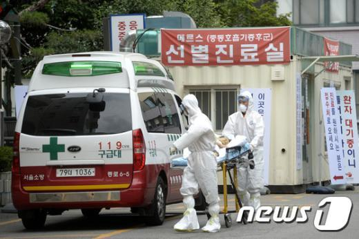 [사진]응급차로 옮겨 가는 환자