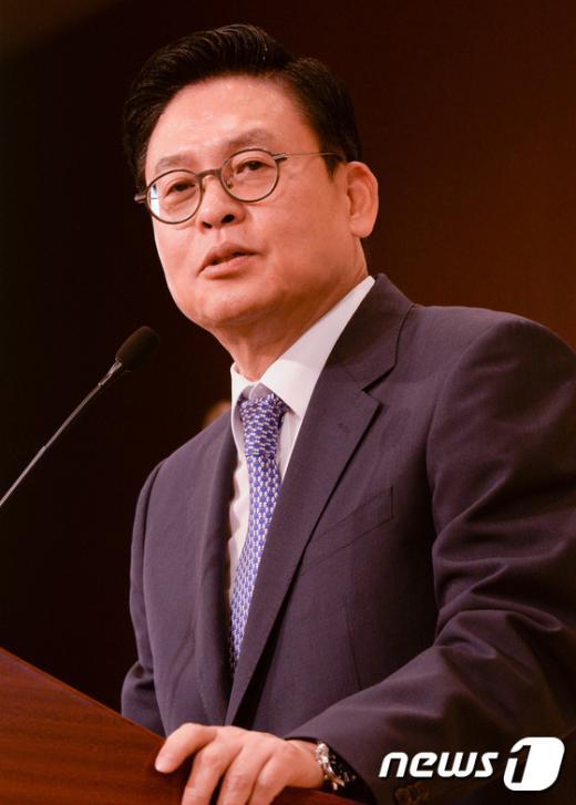 [사진]인사말하는 정우택 정무위원장