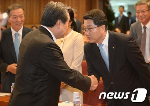 [사진]진웅섭 금융감독원장 손잡은 김무성 대표