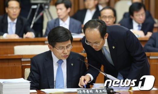 [사진]추경호 국무조정실장 보고받는 황교안 후보자