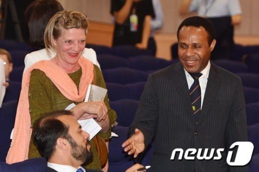 [사진]여유로운 모습의 주한 외교관들