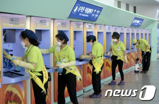 [사진]'메르스 확산 방지 위해 꼼꼼하게 소독'