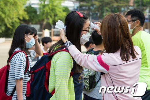 [사진]발열체크하는 서울시내 초등학교