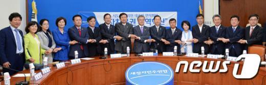 [사진]손 맞잡은 시·도당 광역의원협의회 대표자
