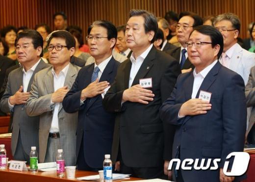[사진]김무성, 국기에 대한 경례