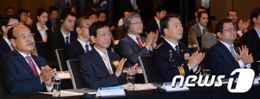 [사진]사이버범죄 심포지엄 참석한 강신명 경찰청장