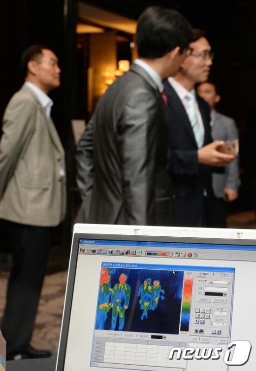 [사진]심포지엄 행사장에 설치된 열감지 카메라