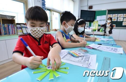 [사진]마스크쓰고 돌봄교실 나온 어린이