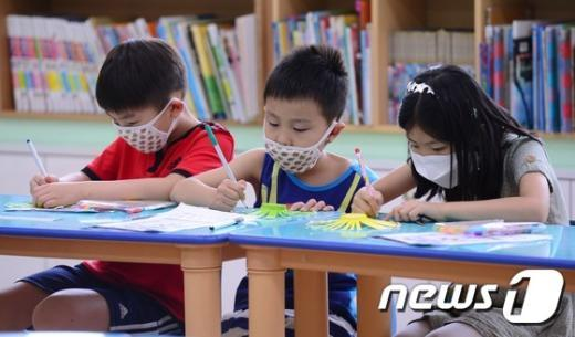 [사진]돌봄교실, 마스크는 필수