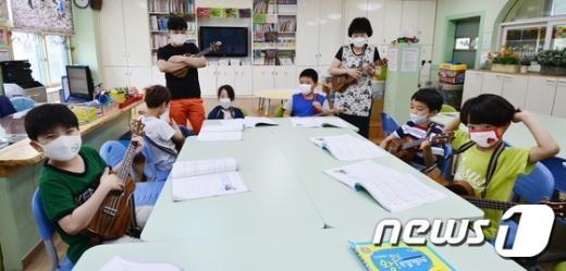 [사진]선생님도 학생도 '마스크 착용'