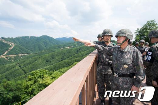 [사진]최윤희 합참의장 'GOP 현장지도'