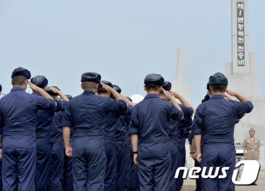 지난 15일 오전 경기도 평택시 해군 2함대사랑부에서 열린 제1연평해전 승전 16주년 기념행사에서 장병들이 거수 경례를 하고 있다. 2015.6.15/뉴스1 © News1 이재명 기자