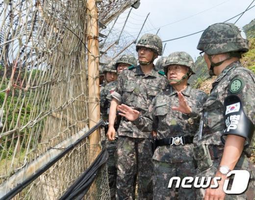 최윤희 합동참모본부장이 17일 중동부전선 육군 최전방 일반전초(GOP)를 방문해 장병들을 격려하고 있다. (합동참모본부 제공) 2015.6.17/뉴스1 © News1 정회성 기자