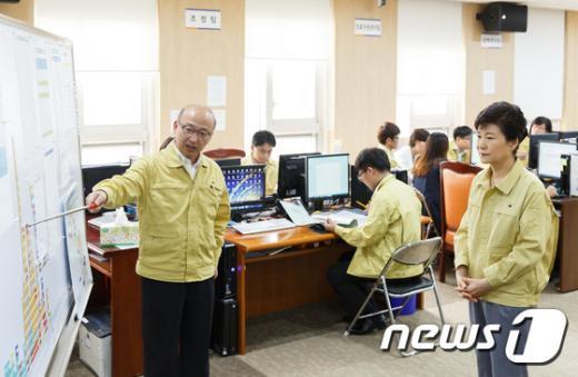 [사진]메르스 대응상황 보고받는 박근혜 대통령