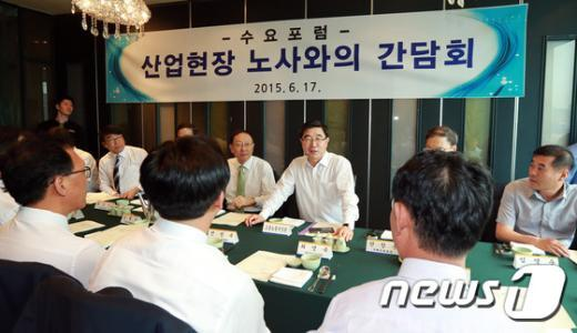 [사진]이기권 고용노동부 장관, 노사협력우수기업·노사대표들과의 간담회