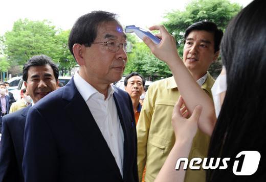 [사진]체온 재는 박원순 시장