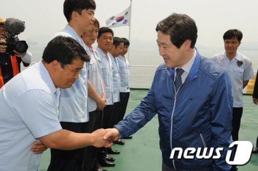 [사진]서해어업관리단 관계자들 격려하는 유기준 장관
