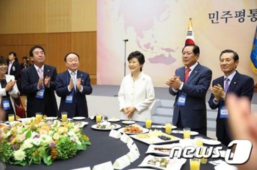 박근혜 대통령(가운데)이 작년 9월2일 오후 청와대에서 열린 민주평화통일자문회의 해외자문위원들과의 통일대화에 참석하고 있다. (청와대 페이스북) 2014.9.2/뉴스1 © News1