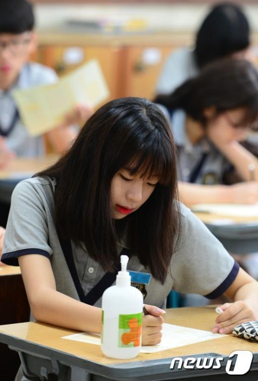 [사진]손세정제 놓인 중3 교실