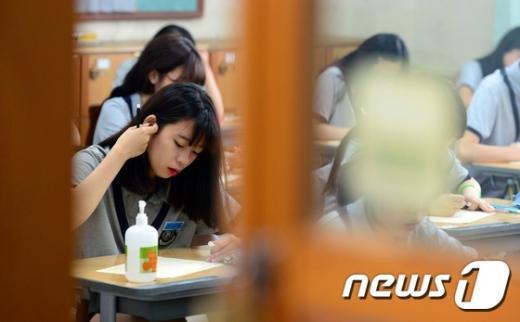[사진]메르스 공포에 학생 책상위 손세정제