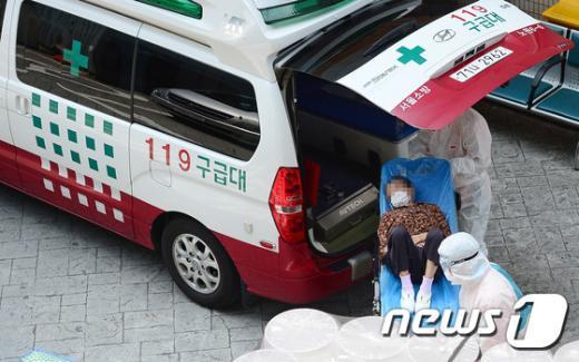 [사진]구급차량 타고 강동경희대병원 도착한 투석환자