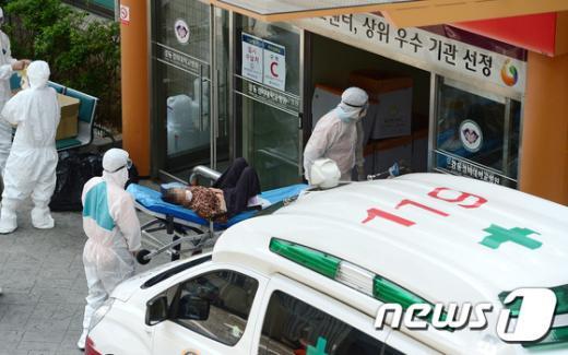 [사진]강동경희대병원 응급의료센터 들어서는 투석 환자