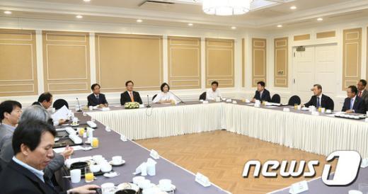 정의화 국회의장이 23일 국회에서 북한관련 지식교류 및 경제특구 활성화 조찬간담회에 참석하고 있다. © News1