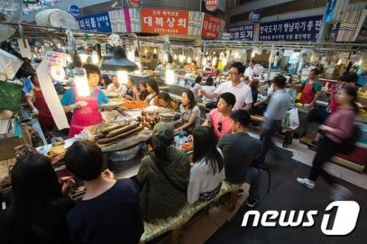 [사진]돌아온 관광객, 붐비는 전통시장 '메르스 완전 극복 언제쯤?'