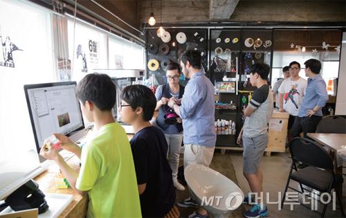 팹랩 서울에는 초등학생부터 성인, 외국인 등 나이와 국적을 불문하고 다양한 사람들이 방문한다.