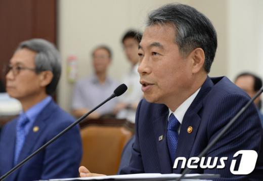 [사진]답변하는 정종섭 장관