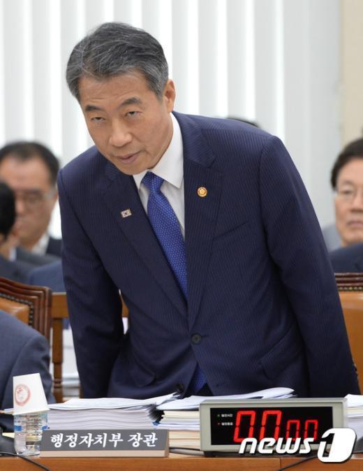 [사진]국회 안행위 출석한 정종섭 장관
